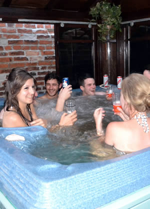 Little Lodge Walcote B&B hot tub small